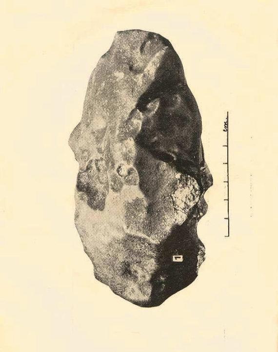 """Nuotr. iš prof. M.Kaveckio brošiūros """"Žemaitkiemio meteoritas. Der Meteorit von Žemaitkiemis""""/Didžiausias Žemaitkiemio meteorito fragmentas, sveriantis daugiau nei 7 kg."""