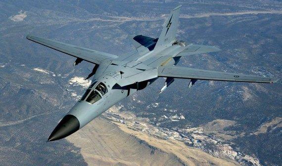 F-111 savo laiku buvo vienas pažangiausių karinių lėktuvų pasaulyje. F-111 su į priekį ištiestais sparnais. (Master Sgt. Kevin J. Gruenwald, Wikimedia)