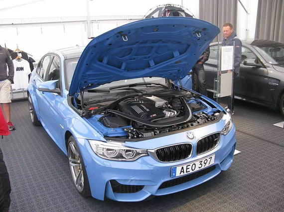 Šiauolaikinių BMW kapotai yra atidaromi atgal. (nakhon100, Wikimedia(CC BY 2.0)