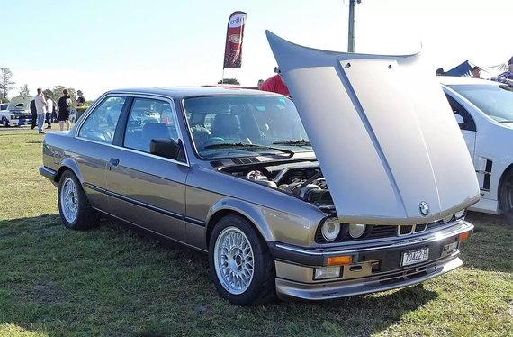 Ne vienas BMW modelis turėjo į priekį atidaromą kapotą. (FotoSleuth, Wikimedia(CC BY 2.0)