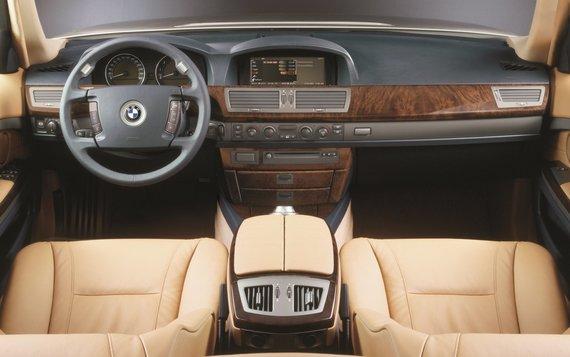 Gamintojo nuotr./BMW 730i su 6 pavarų automatine pavarų dėže