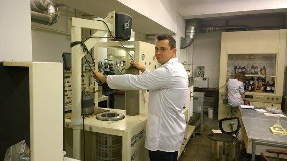 Fitocheminiai augalų ekstraktų, mišinių ir jų dalių tyrimai buvo atliekami naujausia sudėtinga KTU laboratorijose sukaupta aparatūra. Nuotraukoje –KTU Maisto ir technologijos katedros doktorantas Darius Povilaitis.