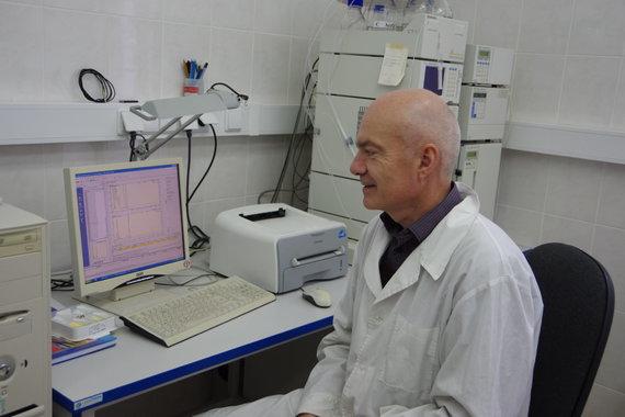 LSMU Gyvulininkystės instituto nuotr./LSMU Gyvulininkystės instituto chemikas dr. S. Bliznikas aptaria skysčių chromatografu nustatytą cholesterolio kiekį mėsoje.