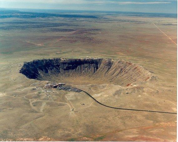 . 1,2 km skersmens ir 170 m gylio smūginį kraterį Arizonoje paliko maždaug prieš 50 000 metų į dykumą smogęs 50 metrų skersmens sideritas. Šaltinis: www.nasa.gov