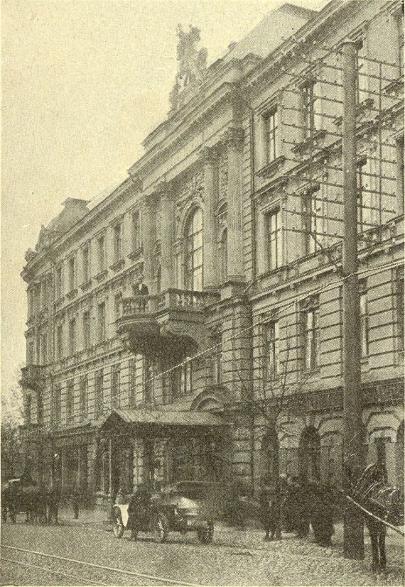 Automobilis prie Georgijaus viešbučio (Gedimino pr.) laukia arba šeimininko, arba keleivių. 1912 m. Tygodnik illustrowany 1912 m.Nr.51