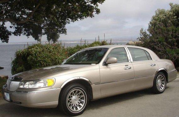 Lincoln Town Car buvo paskutinis automobilis, kuris tiesiai iš gamyklos galėjo atkeliauti su padangomis su baltu kraštu. (BrendelSignature, Wikimedia(CC BY 2.5)