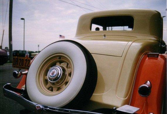Baltos padangos buvo laikomos stilinga, bet daug priežiūros reikalaujančia automobilio dizaino detale. (CZmarlin, Wikimedia)