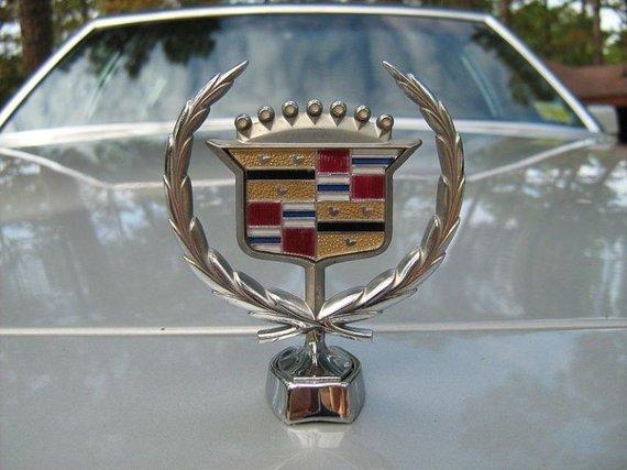 Cadillac logotipas anksčiau irgi buvo montuojamas virš grotelių (CZmarlin, Wikimedia)