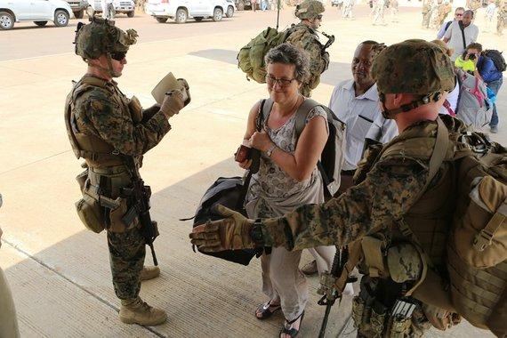 Robert L. Fisher III/ U.S. Marine Corps (JAV jūrų pėstininkų korpusas) nuotr./Evakuojami JAV piliečiai laipinami į lėktuvą Pietų Sudano sostinėje Džuboje