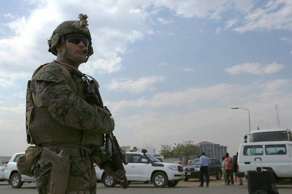 Robert L. Fisher III/ U.S. Marine Corps (JAV jūrų pėstininkų korpusas) nuotr./JAV jūrų pėstininkas per evakavimo operaciją