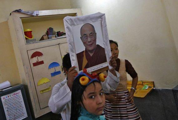 """""""Reuters""""/""""Scanpix"""" nuotr./Kinijos tibetiečiai tyliai paminėjo Dalai Lamos gimtadienį."""