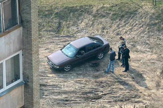 """Andriaus Vaitkevičiaus / 15min nuotr./""""Audi"""" įstrigo duobėtoje pievoje"""