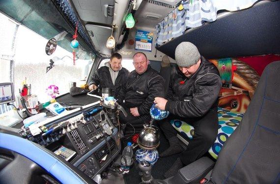 Irmanto Gelūno / 15min nuotr./Arbatą ir maistą vairuotojai gaminasi vilkiko kabinoje.