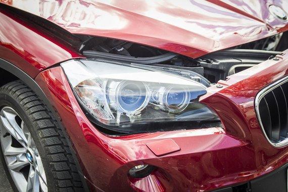 """Irmanto Gelūno/15min.lt nuotr./Prie parduotuvės """"Eglutė"""" susidūrė BMW X1 ir """"Audi 80"""""""