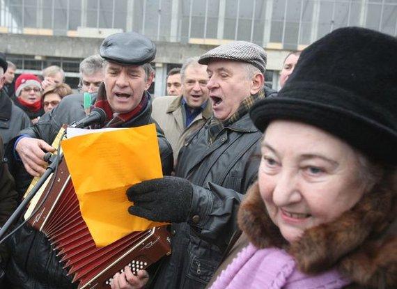 Irmanto Gelūno / 15min nuotr./2009 m. Gruodžio 10 d. prie Vilniaus Sporto rūmų įvyko protesto mitingas. Mitingą organizavo Lietuvos pagyvenusių žmonių asociacija, prie jo prisidėjo ir Pensininkų partija.