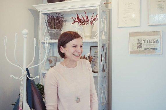 Irmanto Gelūno / 15min nuotr./Loreta iš gėlių buria mamoms: prieš šventę IT įmonę palikusią floristę užplūdo užsakymai