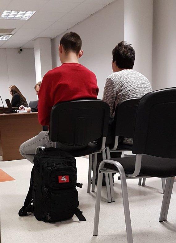 15min nuotr./E.Lukašavičius teisme puikavosi kuprine su patriotiniu antsiuvu ir jokių provokacijų šįkart nesiėmė.