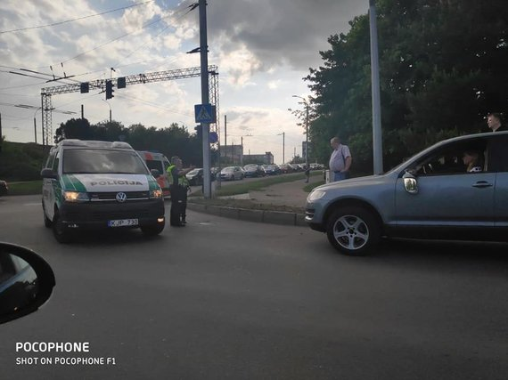 """Nuotrauka iš """"Facebook"""" profilio """"Kur stovi policija Kaune""""/Įvykio vietoje"""