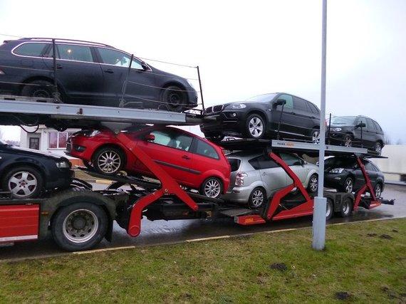VSAT nuotr./Sulaikytas automobilvežis su BMW X5 visureigiu.