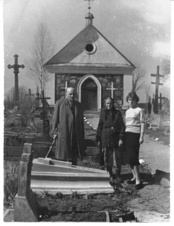 Šeimos archyvo nuotr./Juozas Baltušis prie savo tėvo kapo su motina ir dukra Rita. Svėdasai, 1959