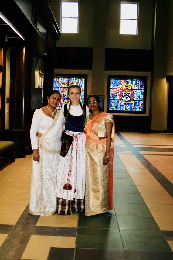 Nuotr. iš asmeninio archyvo/Šrilankietės Šamari (kairėje) ir Tilanka, viduryje – Aušra Mažonė