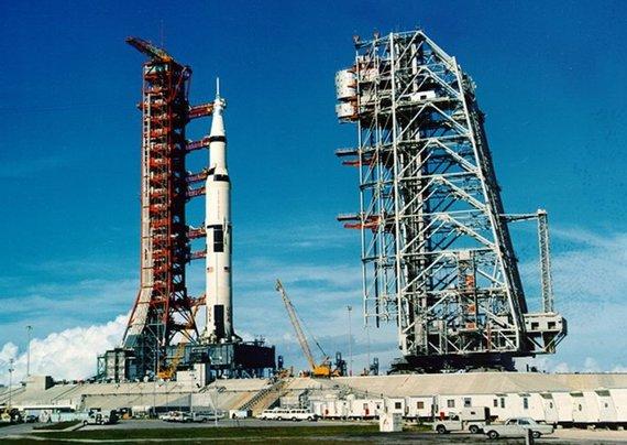 """""""Reuters""""/""""Scanpix"""" nuotr./""""Saturn V"""" raketa, nešanti """"Apollo 11"""" erdvėlaivį: pirmąją jos pakopą pagamino """"Boeing"""""""