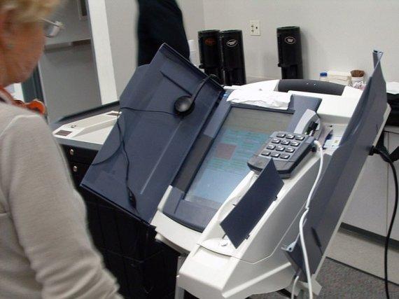 """Wikimedia.org nuotr./Kompanijos """"Diebold"""" el. balsavimo automatas."""