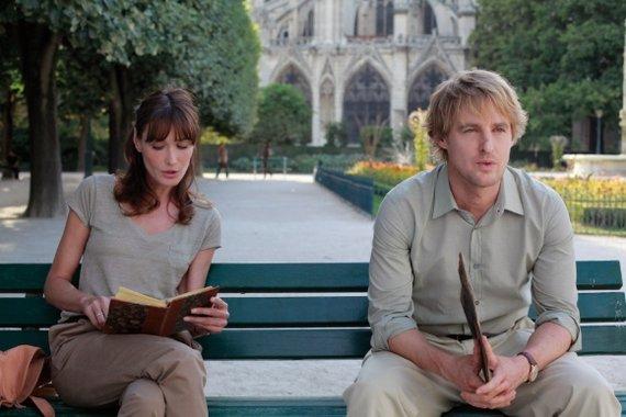 """Kadras iš filmo/Carla Bruni-Sarkozy ir Owenas Wilsonas (Gilas Penderis) Woody Alleno komedijoje """"Vidurnaktis Paryžiuje""""."""