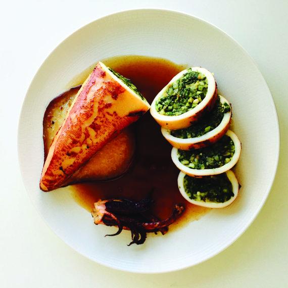 Žurnalo archyvo nuotr. / Prieskoninėmis žolelėmis ir kedrinėmis pinijomis įdarytas kalmaras su omarų padažu (fumet), paruošta alaino Ducasse'o kulinarijos mokykloje Paryžiuje