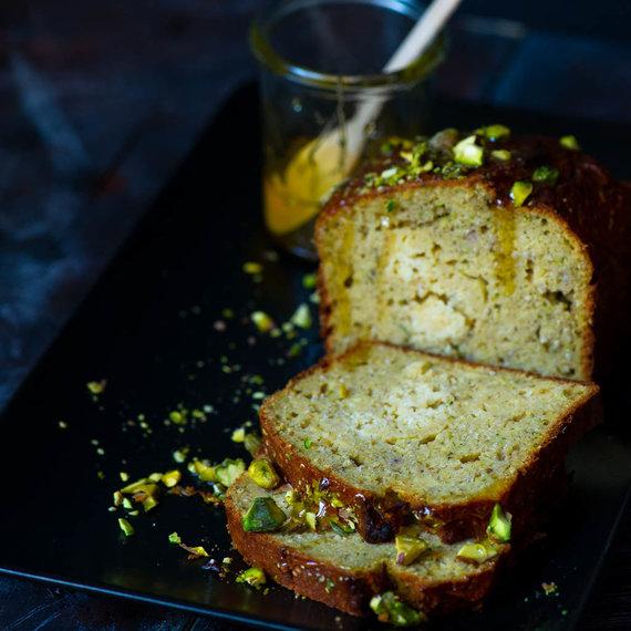 Nidos Degutienės nuotr. /Cukinijų pyragas su varške, chia sėklomis ir pistacijomis