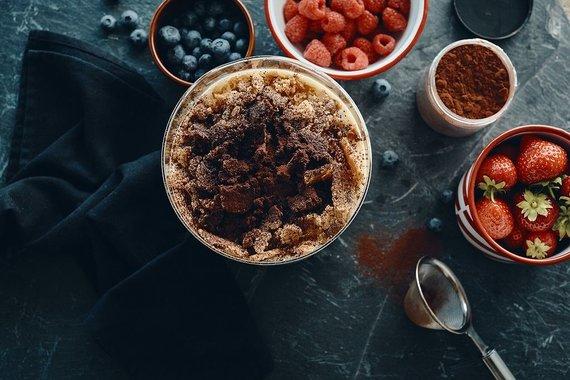 TV3 nuotr./Sluoksniuotas desertas su šviežiomis uogomis, maskarponės kremu ir karamelizuotais trupiniais