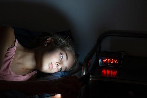 Vida Press nuotr./Mergina naktį naršo socialiniuose tinkluose