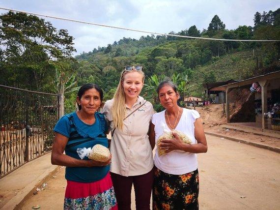 Asmeninio albumo nuotr./Anna Vanska ir kavos ūkyje dirbančios moterys Gvatemaloje