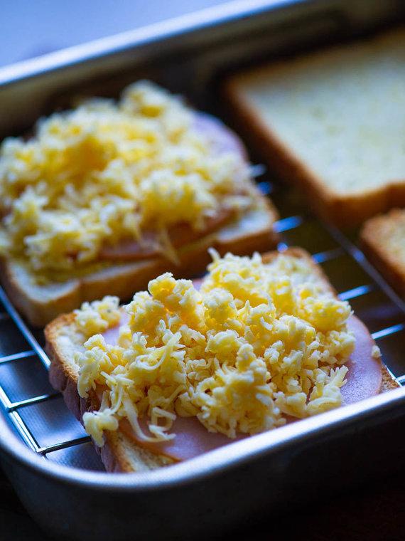 Nidos Degutienės nuotr. /Karštų sumuštinių su gaudos sūriu ir kumpiu ruošimas