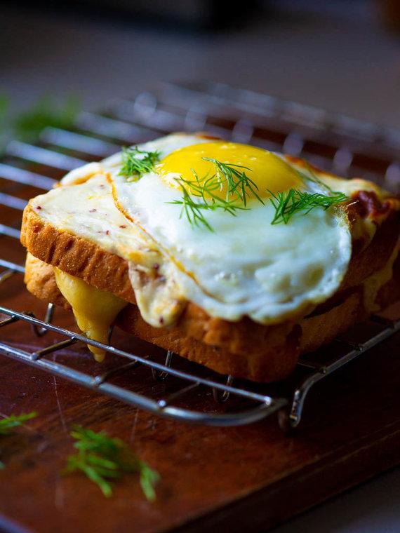 Nidos Degutienės nuotr. /Karštas sumuštinis su gaudos sūriu ir kumpiu