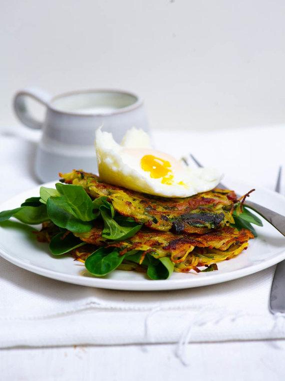 Nidos Degutienės nuotr. /Traškūs bulvių skrebučiai ir be lukštų virtas kiaušinis su krienų padažu
