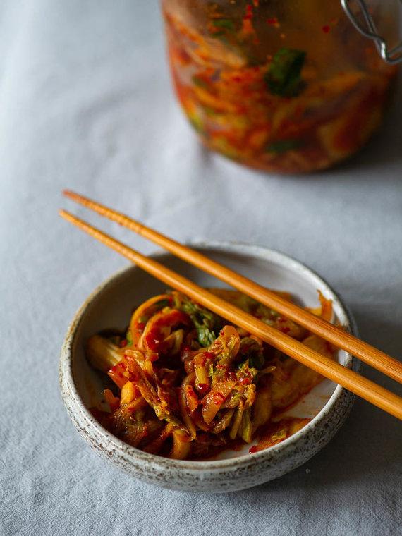 Nidos Degutienės nuotr. /Kopūstų ir ridikų kimči salotos