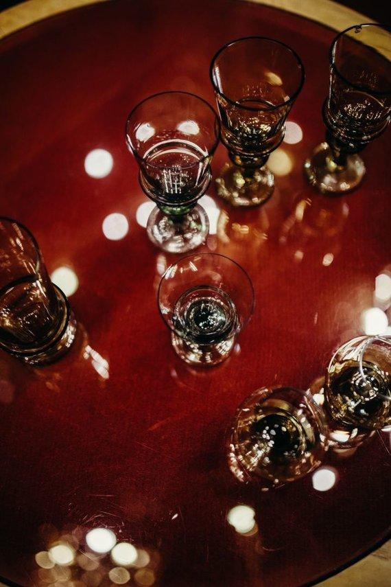 Agnės Katmandu nuotr./Autentiškos įvairiems gėrimams skirtos taurės, pagamintos iš spalvoto stiklo. Šios – antrojo leidimo, nes žalios.