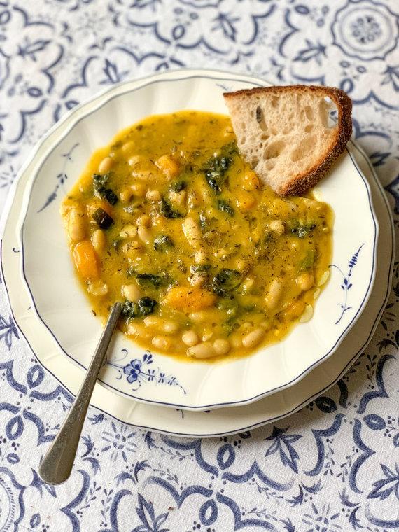 Autorės nuotr./Toskanietiška pupelių sriuba su lapiniais kopūstais