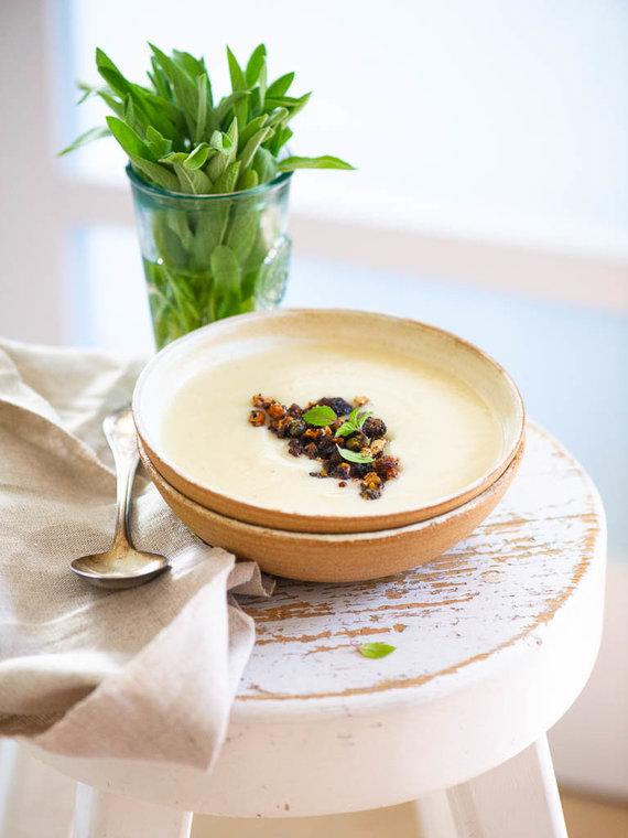 Nidos Degutienės nuotr. /Žiedinių kopūstų (kalafiorų) sriuba su juodos duonos traškučiais
