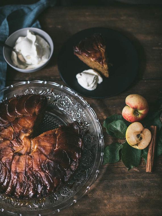 Nidos Degutienės nuotr. /Apverstas kramelizuotų obuolių pyragas