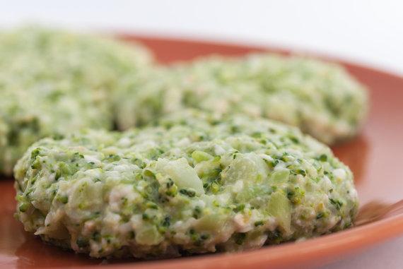 Vida Press nuotr./Suformuoti varškės ir brokolių kepsneliai