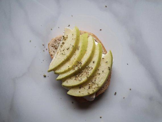 Autorės nuotr./Kepti ruošiamas sumuštinis su šonine, obuoliais ir sūriu