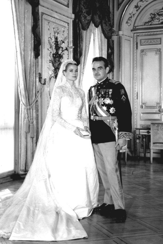 Vida Press nuotr./Princesės Grace ir princo Rainiero oficiali vestuvių fotografija. Princesės rankose – balta maldaknygė paauksuotais puslapiais