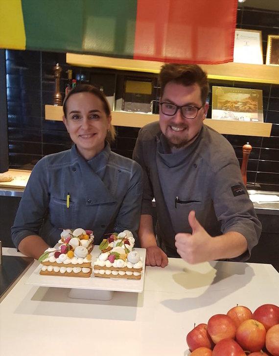 """Restorano archyvo nuotr./Konditerė Jelena Orlovič, šefas Ignas Višinskas ir jų medaus """"pâte sablée"""""""