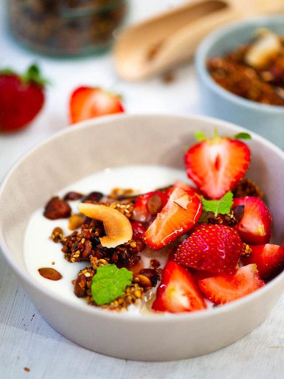 Nidos Degutienės nuotr. /Grikių granola su graikišku jogurtu ir braškėmis