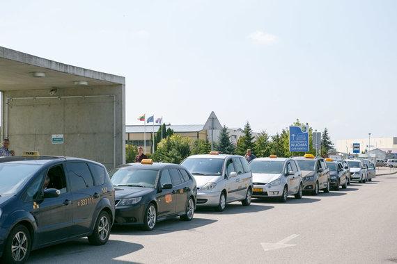 Eriko Ovčarenko / 15min nuotr./Taksi prie Kauno oro uosto