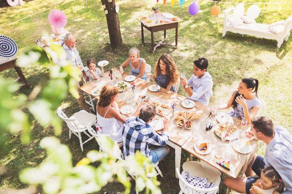 123RF.com nuotr./Dažniausiai tokiuose susibūrimuose neapsieinama be alkoholinių gėrimų