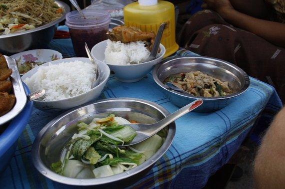 Ž.Nečejauskaitės nuotr./Pietūs viename iš Mandalay miesto skersgatvių