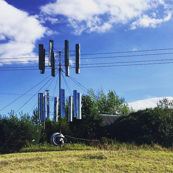 Karolio Žukausko/100dienu.lt nuotr./Netoli Čičiro ežero įsikūrusiame Suvieke yra išradingų žmonių - tokią vertikalios ašies vėjo jėgainę pastebėjome prie kelio